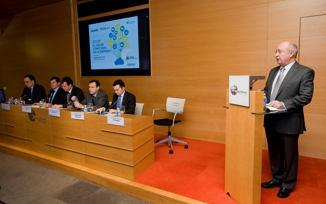 """Isaac Prada speaker in the """"company connected cars"""" forum held within the """"Expansión-Evectia meetings"""" series of conferences"""